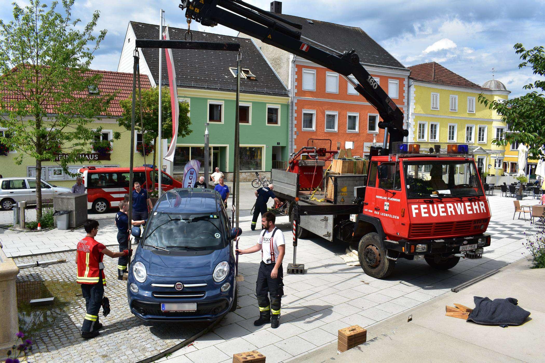 PKW auf Stiege: Fahrzeugbergung am Marktplatz