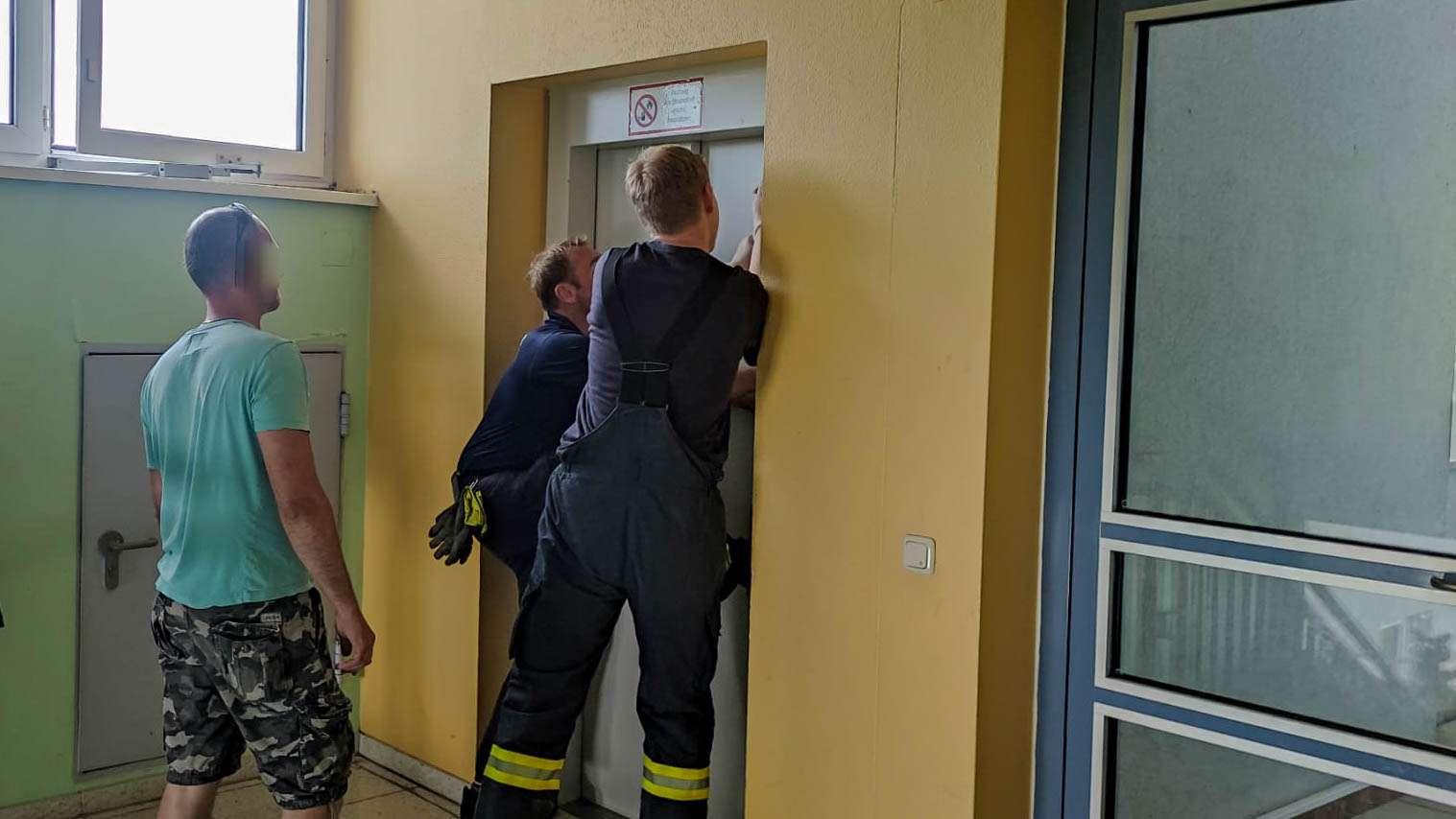 Eingeschlossene Person in Lift